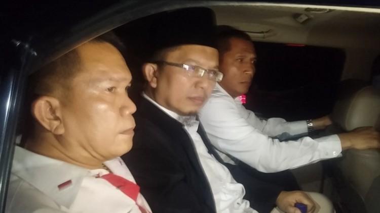 Alfian Tanjung (tengah) dijemput penyidik Polda Jatim