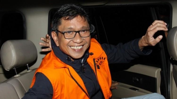 Eddy Rumpoko tersenyum saat ditangkap KPK