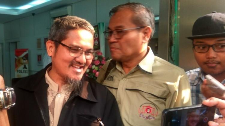 Jonru bersama pengacaranya di Polda Metro Jaya