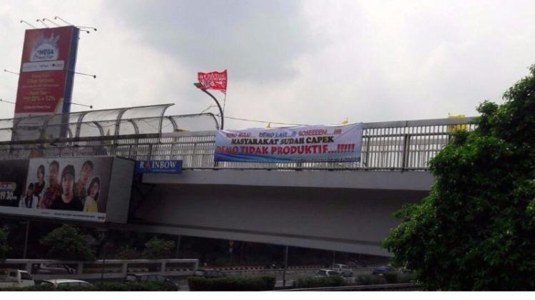 Spanduk masyarakat bosan demo di JPO dekat gedung DPR