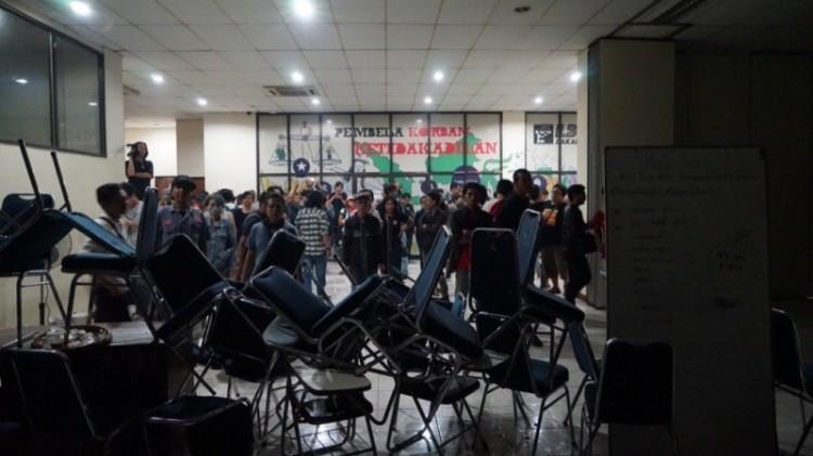 Suasana kantor LBH Jakarta saat diserang