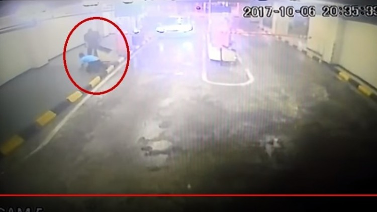 Anwari menodongkan senjata ke security mall Gancit