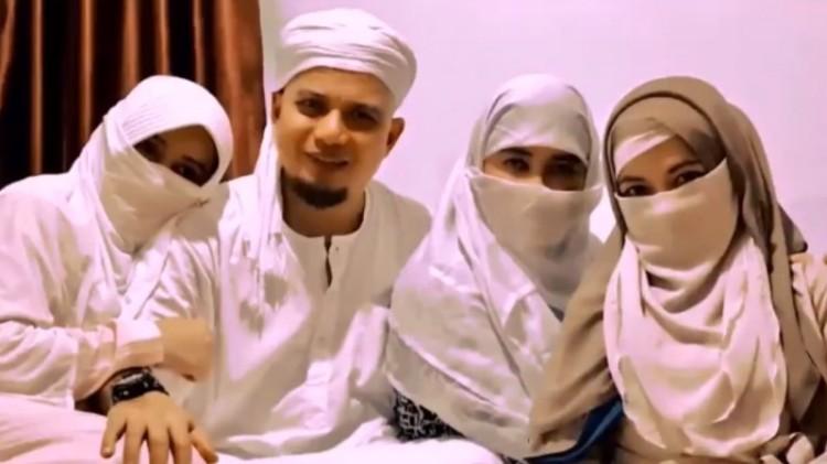 Arifin Ilham berpose bersama ketiga istrinya