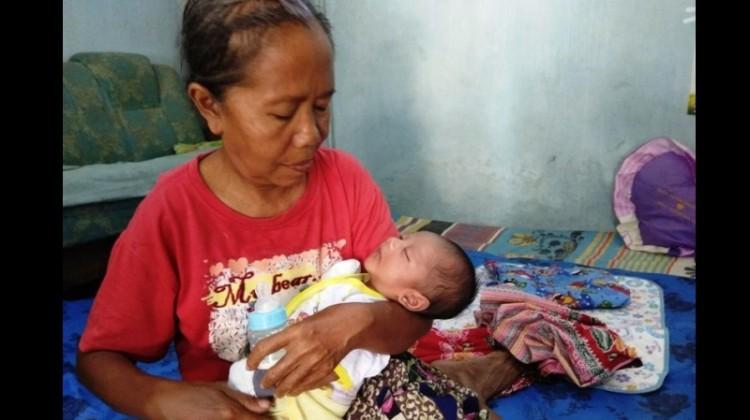 Bayi Ravi Dwi Rajendra saat digendong neneknya