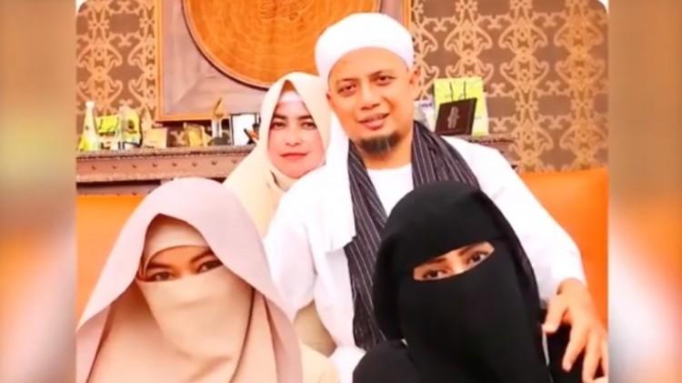 Foto Arifin Ilham bersama 3 istrinya
