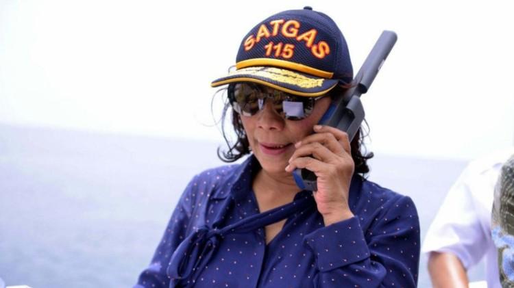 Gaya Menteri Susi saat tenggelamkan kapal di Natuna