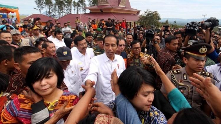 Jokowi disambut warga perumahan relokasi pengungsi Gunung Sinabung