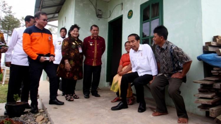 Jokowi duduk di tengah keluarga korban Sinabung