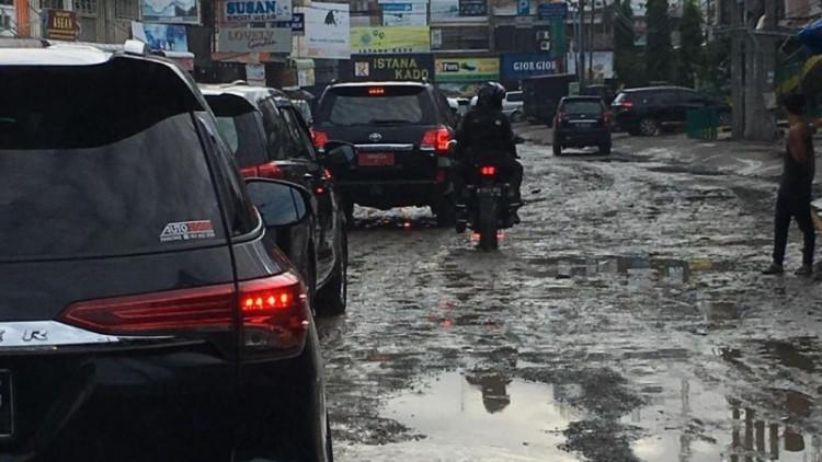 Jokowi melintasi jalanan becek dan berlubang di Medan