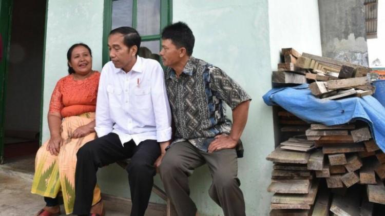Jokowi mendengar keluhan warga pengungsi Sinabung