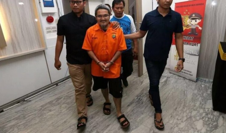 Jonru Ginting mengenakan baju tahanan Polda Metro