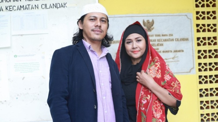 Mayky Wongkar dan Ria Irawan saat menikah di KUA
