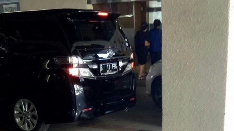 Mobil Alphard yang pernah dipakai Novanto, tampak membawa barang dari RS Premier