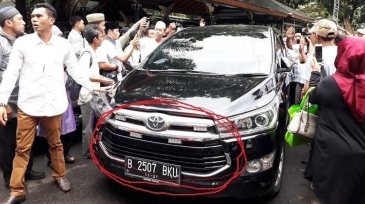 Mobil Anies Baswedan menggunakan strobo