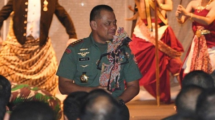 Panglima TNI Jenderal TNI Gatot Nurmantyo membawa wayang kulit