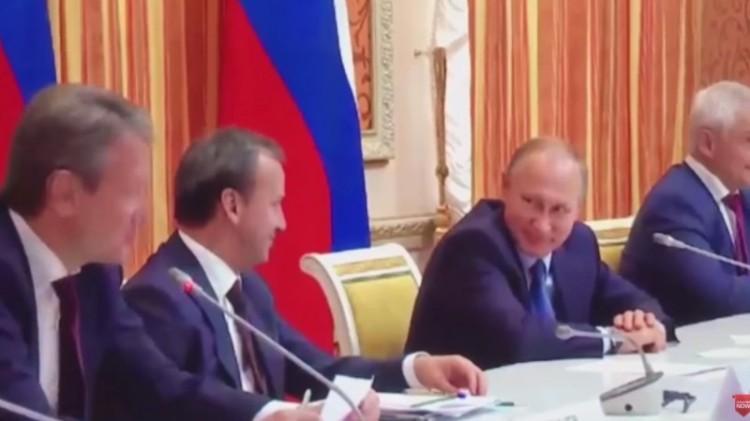 Presiden Rusia Vladimir Putin menertawakan menterinya di sidang kabinet