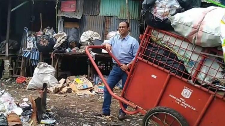 Anies Baswedan berfoto dengan gerobak sampah