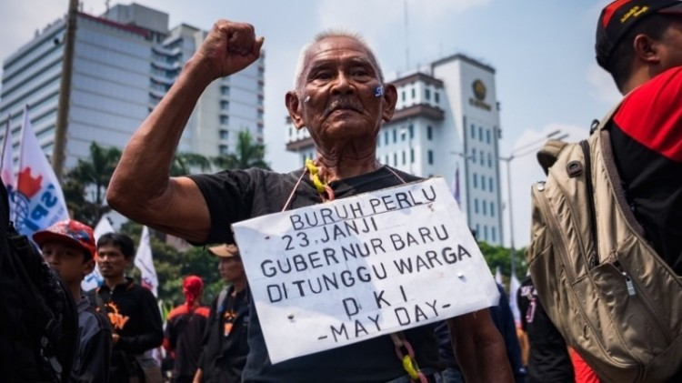 Buruh berdemo di Balai Kota soal UMP