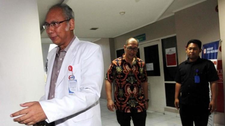 Dokter dari KPK berdiskusi dengan dokter yang merawat Novanto