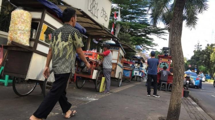 PKL makanan yg berjualan di atas trotoar Jalan Sudirman, Senayan