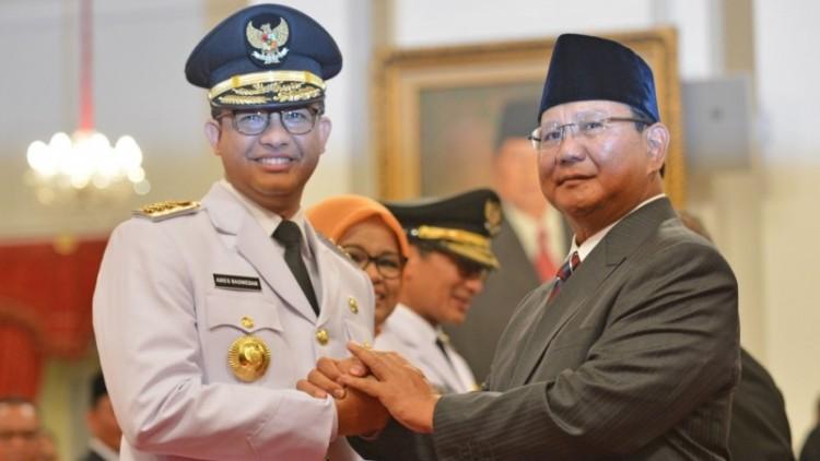 Prabowo menyalami Anies Baswedan usai pelantikan Gubernur DKI Jakarta