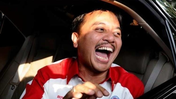Roy Suryo saat tertawa dalam mobil