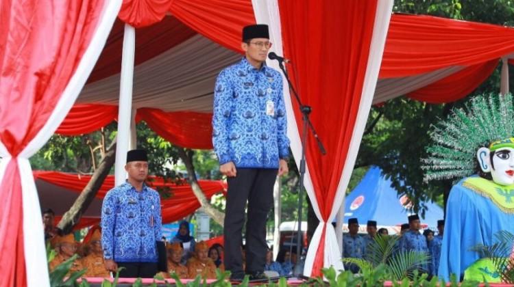 Sandiaga Uno memimpin upacara di Balai Kota
