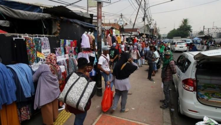 Sejumlah PKL berjualan di trotoar Tanah Abang