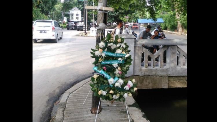 Tiang lampu Novanto diberi bunga dan hiasan
