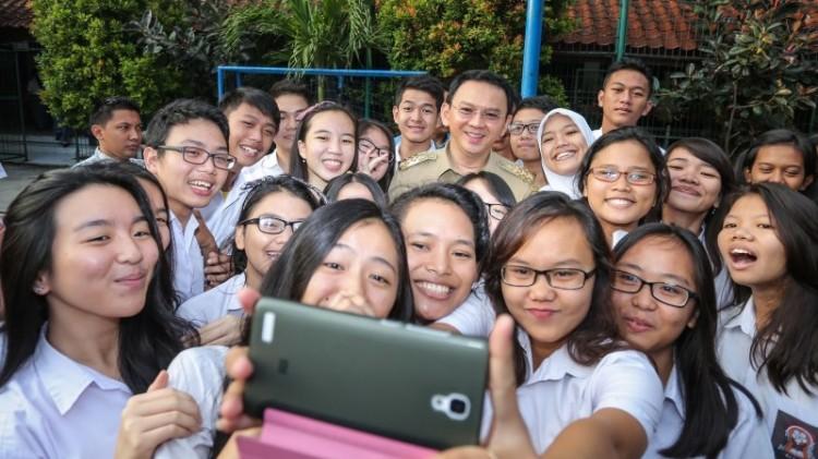 Ahok selfie bersama siswa SMA Negeri 2 Jakarta