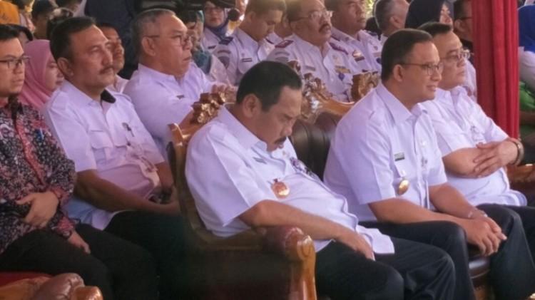 Anas Effendi tertidur di samping Anies Baswedan