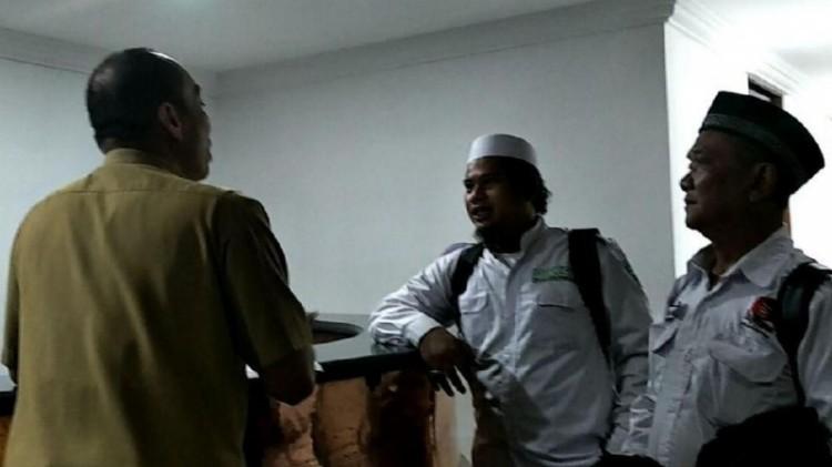 Anggota FPI mendatangi Balai Kota DKI