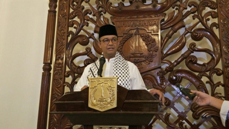 Anies Baswedan berpidato di atas mimbar Balai Kota DKI Jakarta