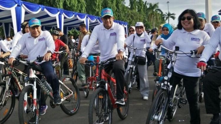 Anies Baswedan bersepeda dari Kawasan Monas ke Markas Koarmabar
