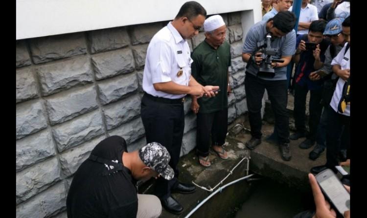 Anies Baswedan melihat kondisi tali air di Jalan Rasuna Said