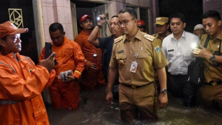 Anies Baswedan meninjau lokasi tanggul jebol di Jati Padang