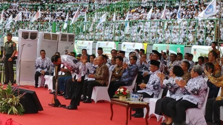 Jokowi menundukkan badan untuk memberi hormat kepada guru
