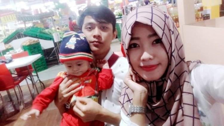 Nindy bersama Muhammad Kholili dan anaknya