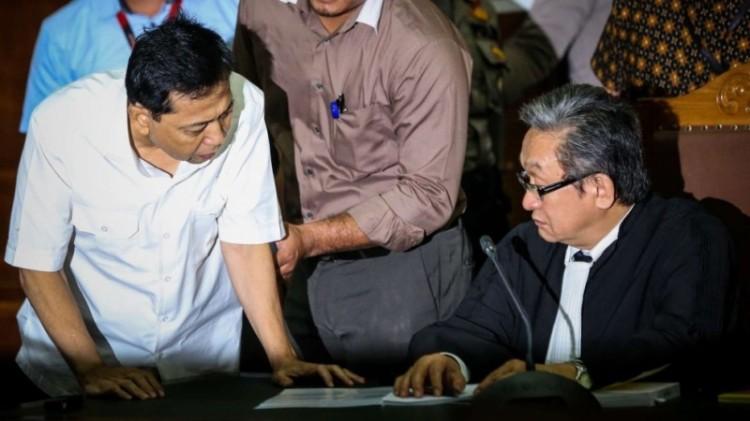 Novanto berbicara dengan pengacaranya, Maqdir Ismail