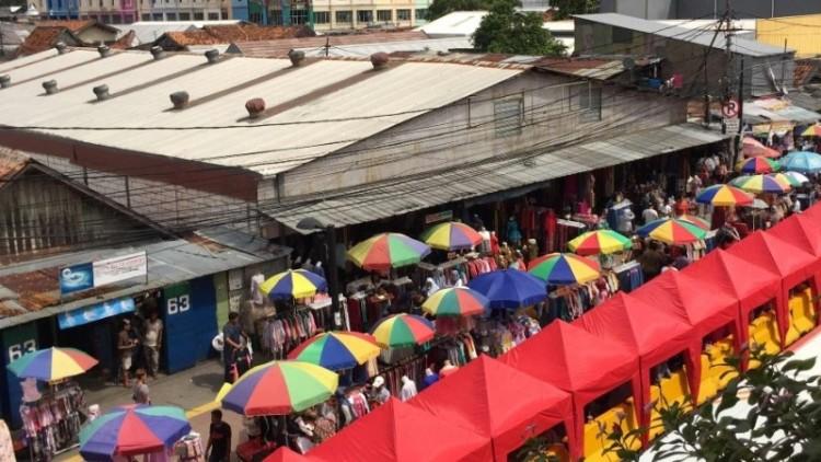 PKL berjualan di depan stasiun Tanah Abang