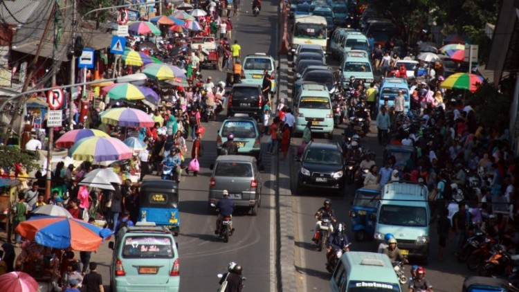 PKL memadati Jalan Kota Bambu, depan Stasiun Tanah Abang