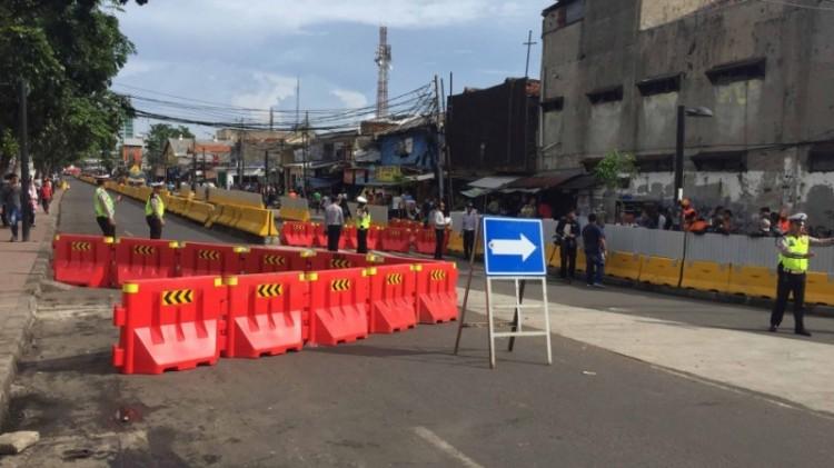 Polisi melakukan rekayasa lalu lintas di Tanah Abang