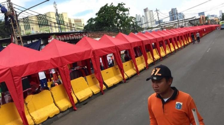 Tenda PKL berdiri di Jalan Jatibaru Tanah Abang
