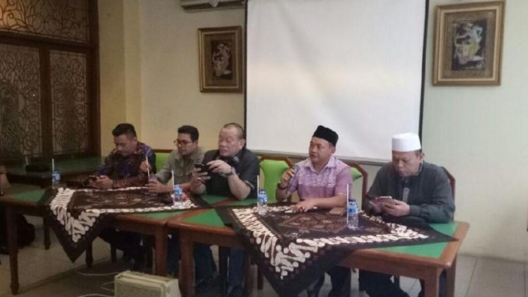 Al-Khaththath (paling kanan) dalam jumpa pers La Nyalla