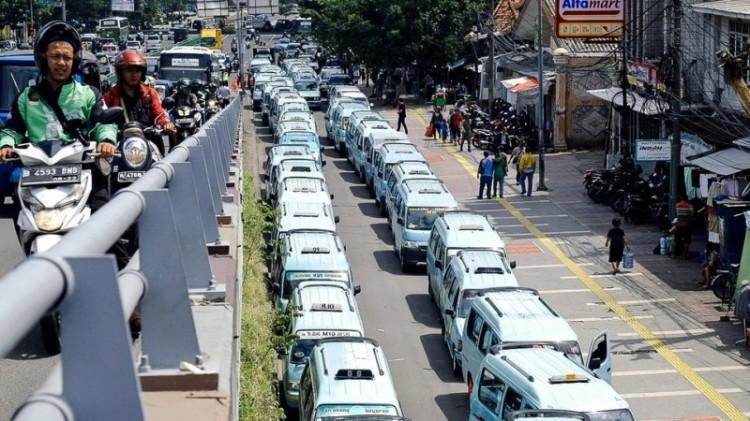 Angkot sempat menutup akses Jalan Jatibaru