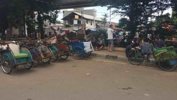 Becak berkumpul di kolong flyover Bandengan Utara