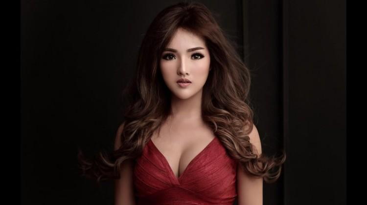 Ellena pernah memenangkan Miss Indonesia 2011