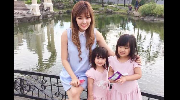 Foto Ellena bersama kedua putrinya