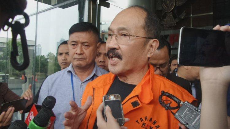 Fredrich Yunadi mengenakan rompi oranye tahanan KPK