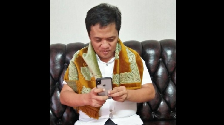 Habiburokhman sedang bermain ponsel